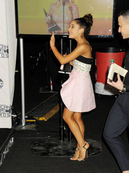 Ariana-Grande-Feet-2010981.jpg